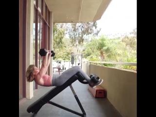 Комплекс упражнений для проработки пресса в зале от Джиллиан Майклс