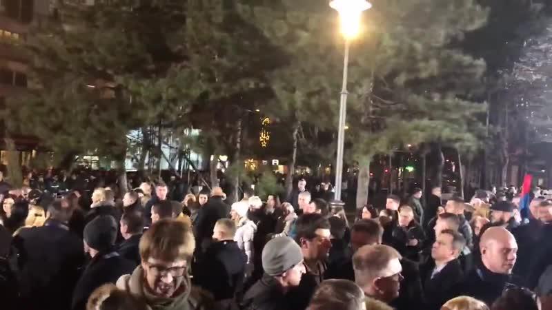 Огромная толпа сербов в ожидании приезда Путина стоит возле Храма святого Саввы в Белграде
