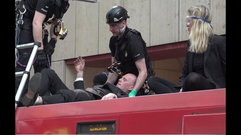 В Лондоне активисты приклеили себя к поезду в знак протеста против загрязнения окружающей среды