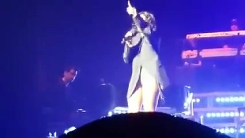 Toni Braxton- конфуз на концерте! Только пиджак зрителя на голое тело.