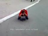 Девка пьяная обоссалась на улице