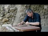 Уличный музыкант в Барселоне играет классическую музыку