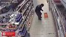 Мужик танцует в магазине. Обратите внимание - ликеро водочный отдел 😉😄😂😂👍🎄