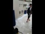 Мане моет уборную в мечети