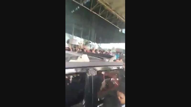 Stylish Star Allu Arjun gets a warm and roaring welcome from fans at Rajahmundry airport. - - AlluArjunAtPalakollu