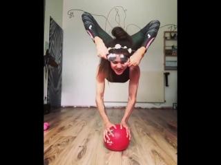 Акробатика на мяче