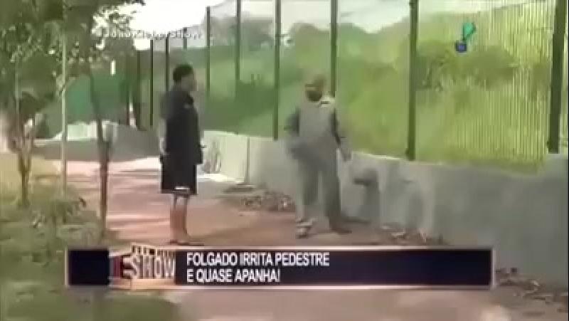 Pegadinha do João Kleber - Folgado soja pedestre que fica indignado.mp4