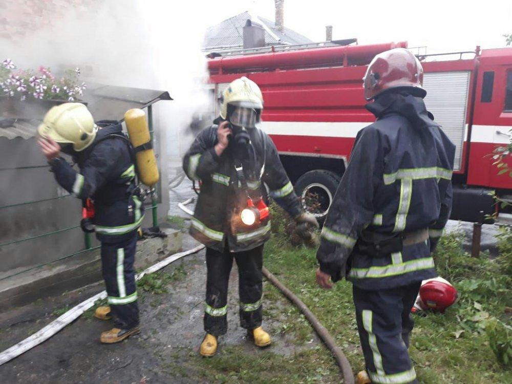 ВДубні під час гасіння пожежі в багатоквартирному житловому будинку працівники ДСНС вивели на свіже повітря 27 людей.