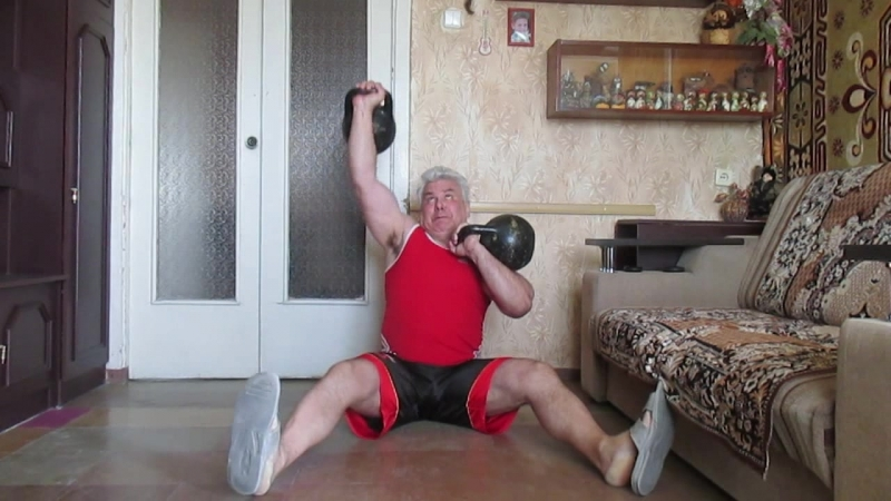 Жим мельницей и попеременный жим гирь по 32 кг сидя на полу домашняя тренировка