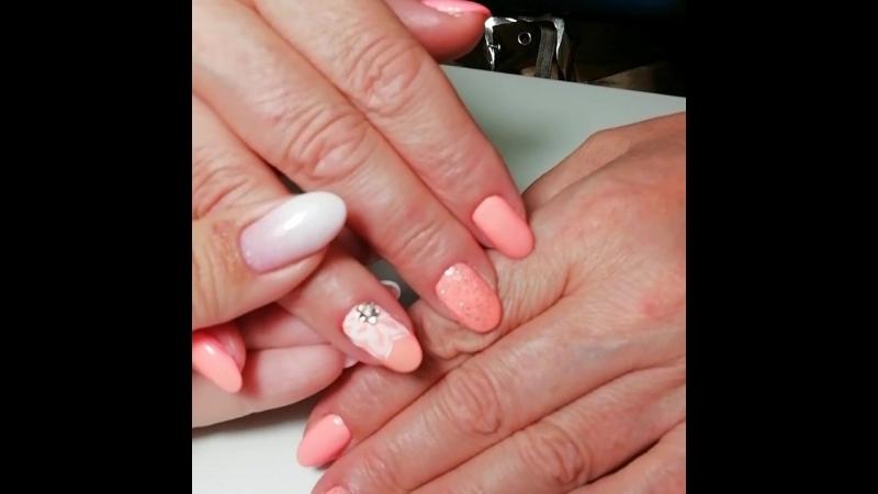 Персиковые ногти с цветочком и блёстками