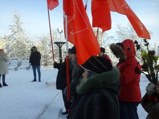 В Салехарде прошел пикет в честь Дня Советской Армии и ВМФ