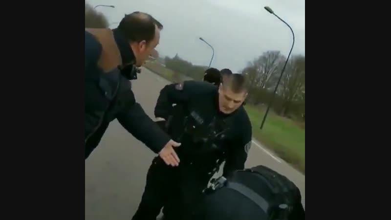 La police met une grenade lacrymogène dans la veste d'un GiletJaune, celui-ci est gravement blessé