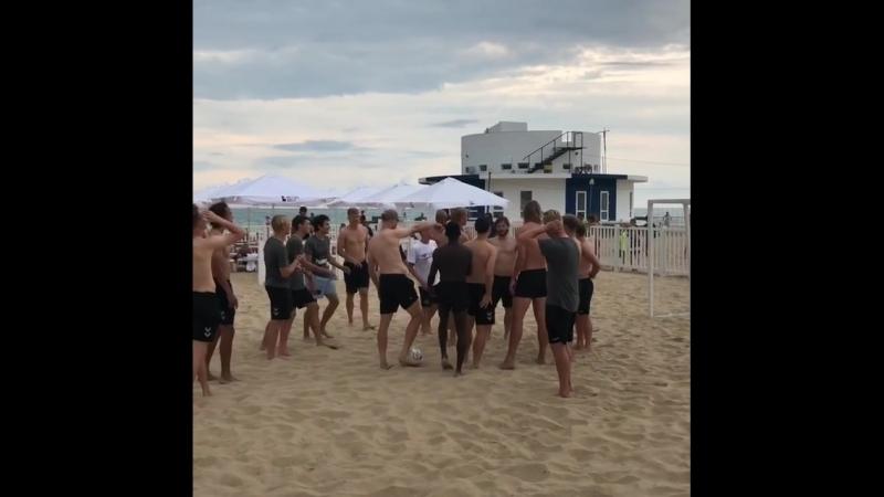 Сборная Дании играет в футбол на пляже Анапы