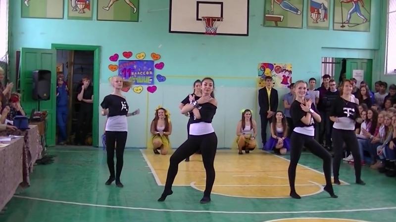Танец девушек 11-х классов в школе.
