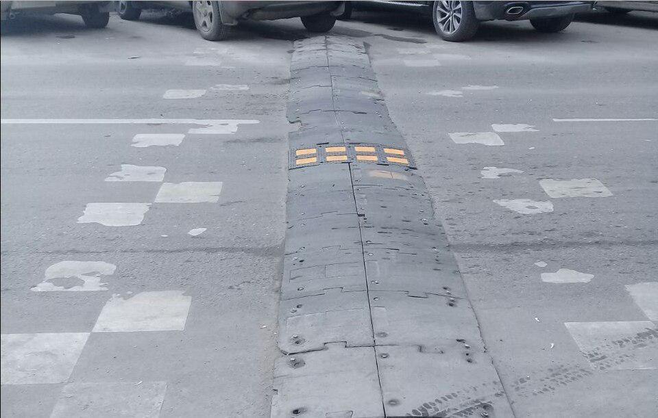 На дороге вблизи школы № 1449 Лианозова установили «лежачий полицейский»