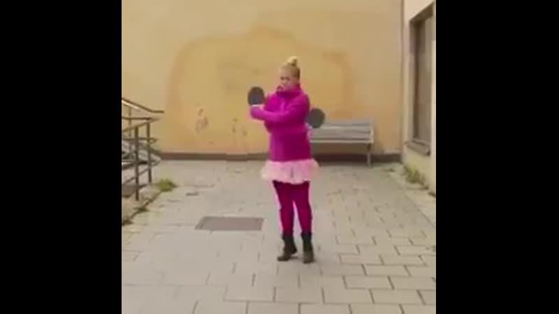 Круто, шарик ртом поймала.