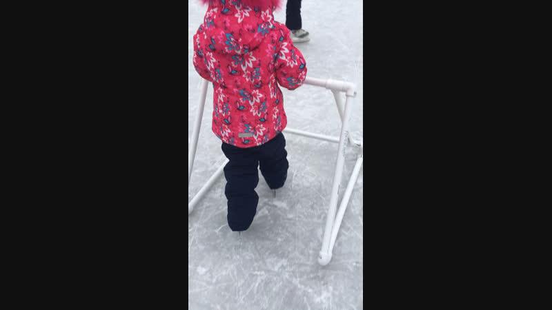 Ксюша первый раз на коньках