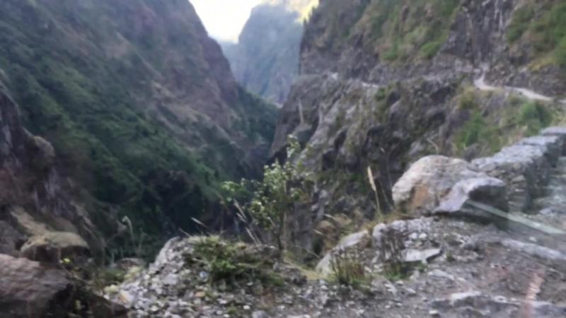 По непальским дорогам. Это достаточно приличный участок. Даже вон с ограждениями! )