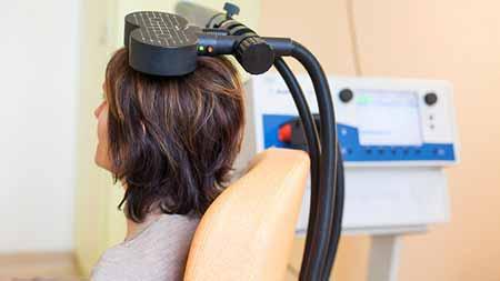 Для каждого сеанса транскраниальной магнитной стимуляции пациент сидит в удобном кресле с откидной спинкой и чувствует себя расслабленным.