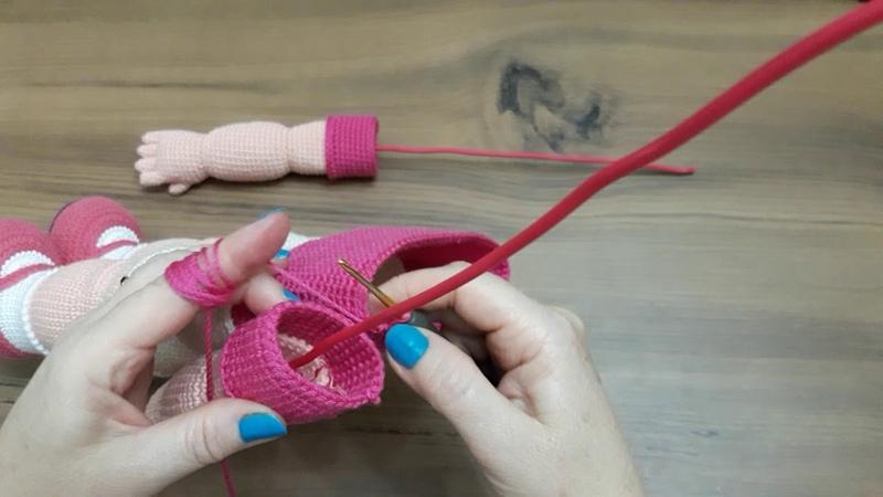 Amigurumi bebeklerin kollarına tel nasıl takılır, kol gövdeye nasıl eklenir yapılışı..