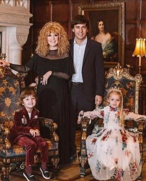 41-летний Максим Галкин в интервью радио «Комсомольская правда» рассказал о воспитании детей и семейной жизни с Аллой Пугачевой. По словам телеведущего, Примадонна всегда поступает так, чтобы он чувствовал себя настоящим мужчиной. «У меня жена достаточно
