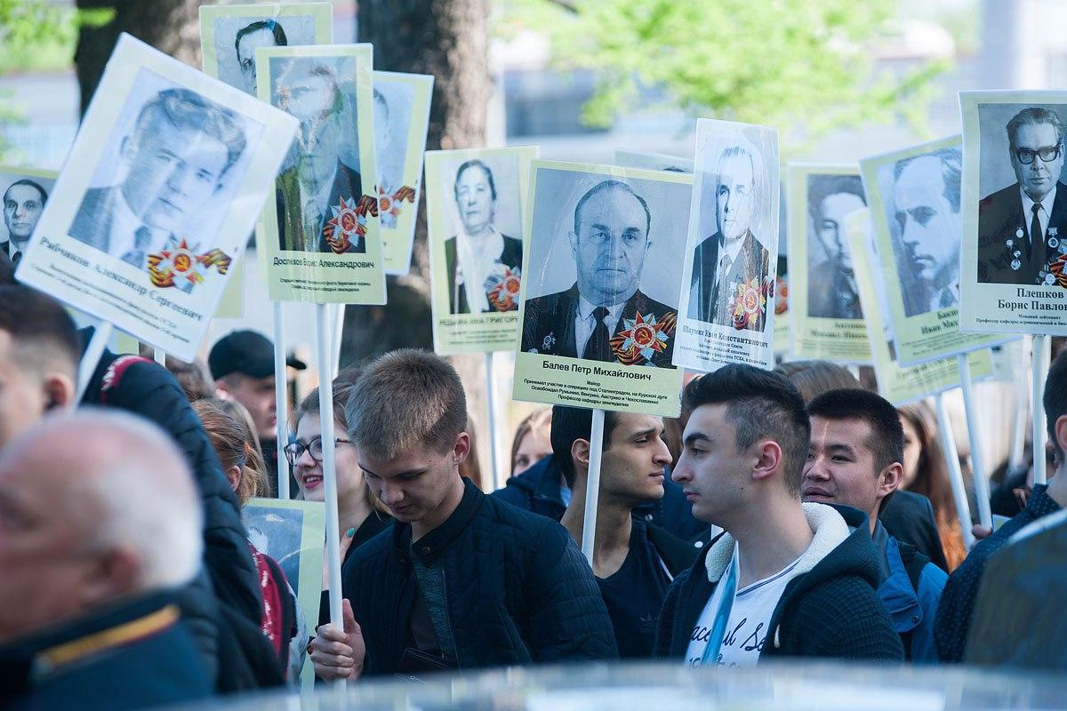 На Лиственничной аллее состоялось шествие «Бессмертный полк»