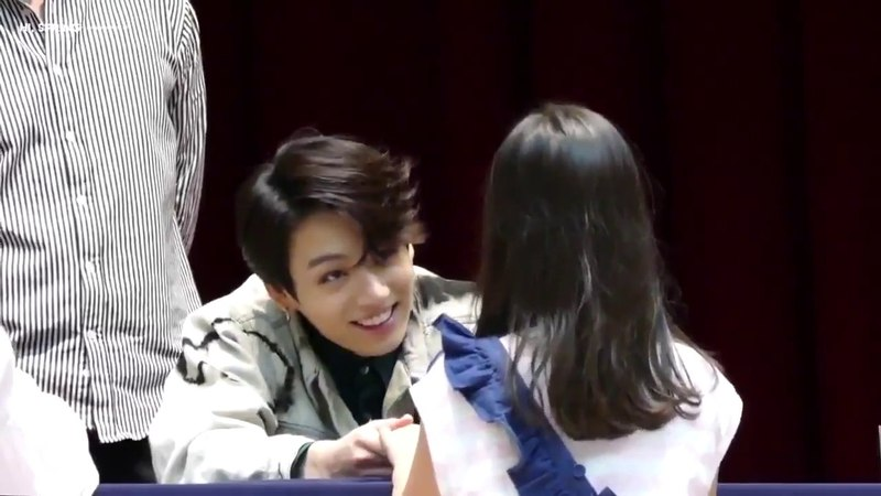 [180527]Jungkook smiling at a lil girl who brought a tiny stool to see BTS upclose @Fakelovefansign