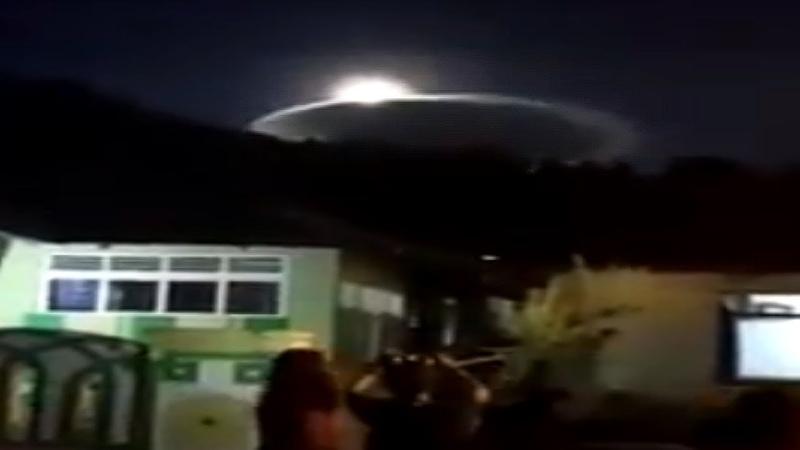 Жителей Индонезии напугал гигантский НЛО/LARGE DISK LIKE UFO APPEARS OVER INDONESIA