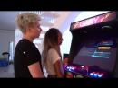 GARY и Мари Сенн играют на аркадном автомате от