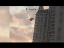 Группа парашютистов прыгнула с высотки на Кутузовском в Москве