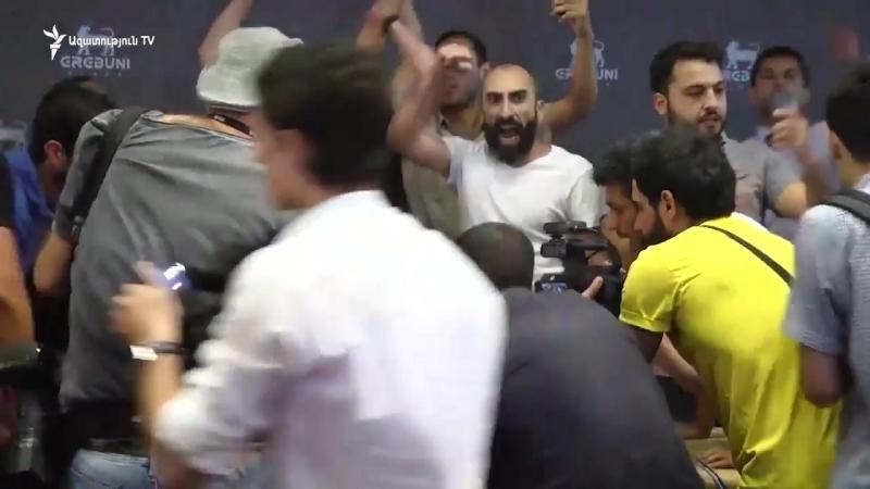 «Պրիվետ, Ռոբ» ակցիայի մասնակիցները ներխուժեցին Էրեբունի պլազա և տապալեցին Ռոբերտ Քոչարյանի ասուլիսը