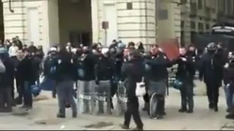 Italien nehmen polizisten helme ab