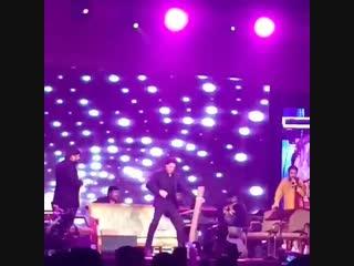 Shah Rukh Khan grooving to #ChaiyyaChaiyya at #kalyanjewellers event in Dubai