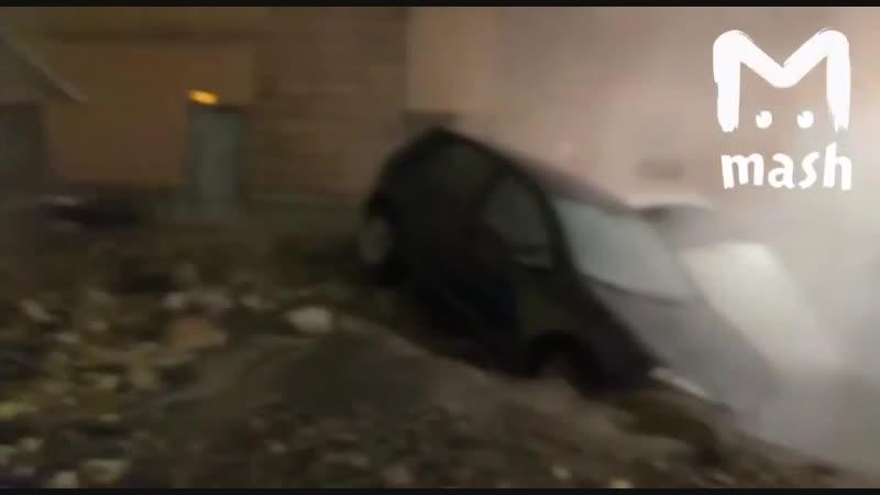 В Петербурге из-за прорыва трубы два автомобиля провалились