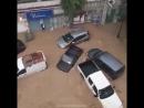 Бурлящие потоки воды смывают машины в городе Набуль (Тунис, 22 сентября 2018).