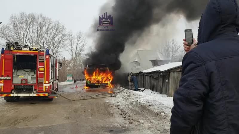 На правом берегу Красноярска вспыхнул автобус