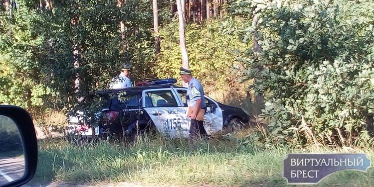 Фотофакт: автомобиль ГАИ в кювете на трассе у Каменецкого кольца