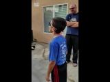 Мальчик примеряет очки Enchroma