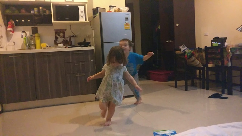 Гоша и Алиса играют