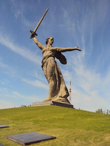 Мало кто знает, что скульптура Родина - мать зовёт на Мамаевом кургане в Волгограде только вторая часть композиции из трёх монументов с мечом Победы в разных городах. Первая часть Тыл -