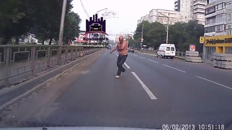 «Зомби апокалипсис» в Красноярске неадекватный мужчина напал на машину