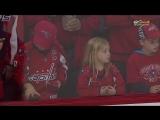 Игрок НХЛ попытался подарить девочке шайбу — на это потребовалось несколько попыток [NR]