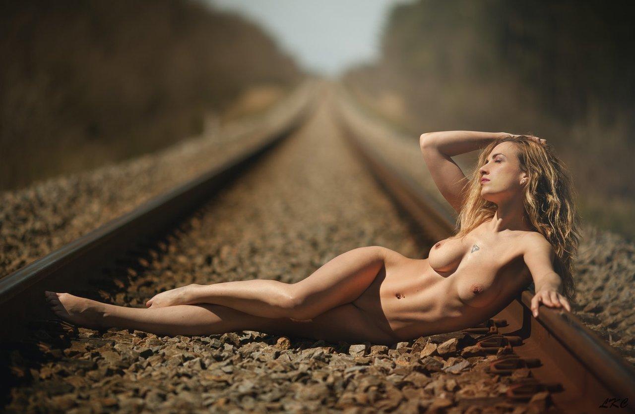Vollbusige blonde Transvestiten in der freien Natur