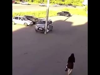 Врезался в столб на парковке 😂😂😂👍.mp4