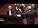 Müzisyenleri ve alkışları yöneten Orkestra şefi Nadir Abbasi'nin paylaşım rekoru kıran videosu