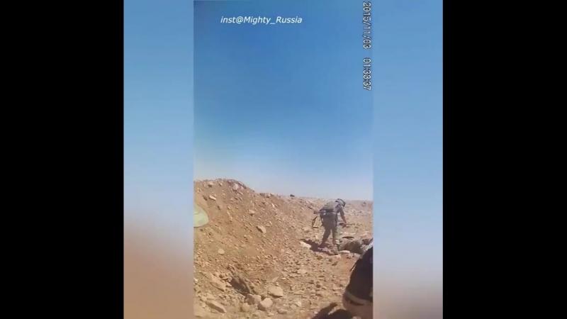 Военнослужащие СпН РФ во время эвакуации тел, после атаки боевиков ИГ на позиции российских/сирийских сил. 2015 год  Независимо