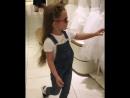 Дочь Кристины Асмус не снимает темных очков даже в магазине