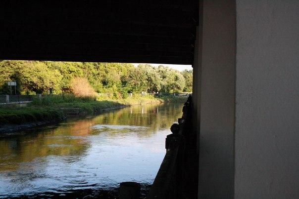 Набережная какбэ символизирует что мост построен ради Лужковской дороги, которому плевать было на красоту и людей. Никто не будет ходить пешком, если все будут ездить  на машине с работы домой, а от туда в ТРК.