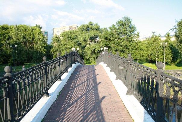 Здесь положили некрасивую плитку, но в целом красота моста от этого сильно не ухудшилась.