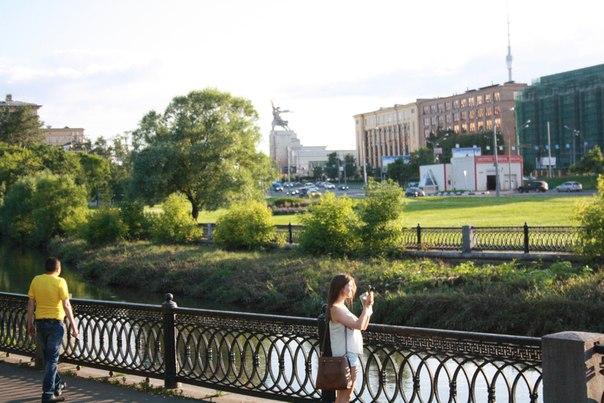 Ещё один прекрасный вид на величие СССР —достижения и символизм хозяйства СССР.  Красивая мостовая, красивые и сильные деревья, Рабочий и колхозница с Парижской выставки 1937 года и Останкинская телебашня, словно ещё один экспонат величия объединённых республик.
